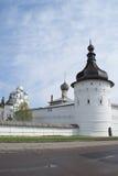 Rostov Velikiy, Rusia - pueden, 05, 2016: El Kremlin, torre de la esquina del Rostov el Kremlin Imagen de archivo libre de regalías