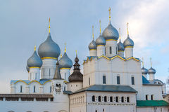 Rostov Veliky, Rússia 30 de março 2016 Templos do Kremlin de Rostov, turista dourado do anel Imagens de Stock