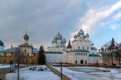 Rostov Veliky, Russia 30 marzo 2016 panorama del Cremlino di Rostov, turista dorato dell'anello Immagini Stock Libere da Diritti
