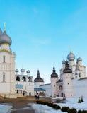 Rostov Veliky, Russia 30 marzo 2016 Tempie del Cremlino nell'inverno, turista dorato di Rostov dell'anello Fotografia Stock