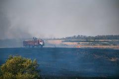 Rostovgebied, Rusland 20 AUGUSTUS 2017: Een auto van brandbestrijders dooft wildfires op de gebieden in het Rostov-Gebied royalty-vrije stock fotografie