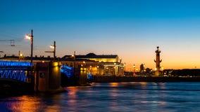 Rostral столбцы на стрелке острова Vasilievsky в Святом-Petersbur Стоковое Фото