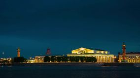 Rostral Kolommen op het Spit van Vasilievsky-Eiland buiten de Oude Beurs van Heilige Petersburg, St. Petersburg stock video