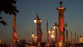 Rostral kolonn på bankerna av Neva River i St Petersburg på natten lager videofilmer
