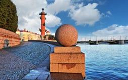 Rostral kolonner i St Petersburg Arkivfoton