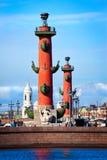 Rostral kolonner på bakgrund av kyrkan, St Petersburg Fotografering för Bildbyråer