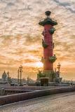 Rostral Spalte bei Sonnenuntergang im Winter in St Petersburg, Russland Lizenzfreies Stockbild