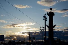 Rostral Spalte im Sonnenuntergang, St Petersburg Stockbilder