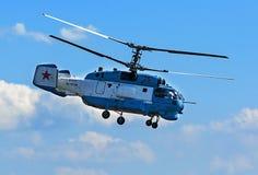 Rostv-en-Don, Rusia - 3 de septiembre de 2017: Aterrizaje del helicóptero del rescate de Kamov Ka-37 después de vuelos de la vers Imagenes de archivo