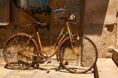 Rosty rower przy ulicą zdjęcia stock
