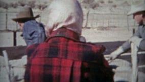 ROSWELL, NOUVEAU MEXIQUE 1953 : Climat sec de cowboys occidentaux américains de propriétaires d'un ranch de moutons banque de vidéos
