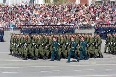 Rosyjscy żołnierze maszerują przy paradą na rocznym zwycięstwo dniu Obrazy Royalty Free