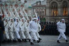 Rosyjscy żołnierze w postaci Wielkiej Patriotycznej wojny przy paradą na placu czerwonym w Moskwa Obrazy Stock