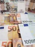Rosyjscy banknoty i euro rachunki różni wyznania, tło i tekstura, zdjęcie stock