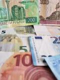 Rosyjscy banknoty i euro rachunki różni wyznania, tło i tekstura, obrazy stock