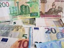 Rosyjscy banknoty i euro rachunki różni wyznania, tło i tekstura, zdjęcie royalty free