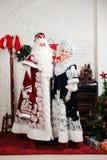 Rosyjscy Bożenarodzeniowi charaktery: Ded Moroz Santa i Snegurochka śniegu dziewczyna obrazy stock