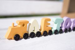 Rosyjscy drewniani listy trenują słowa lato Pastelowych cieni kolory na bielu Wczesne dzieciństwo edukacja, uczy się czytać, pres zdjęcia stock