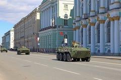 Rosyjscy pojazdy pancerni w tło dziejowych budynkach Obrazy Stock