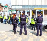 Rosyjscy policewomans stoi za wejściem obraz royalty free