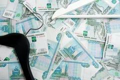 Rosyjscy ruble i opróżniają odzieżowych wieszaki w garderobie Zdjęcia Royalty Free
