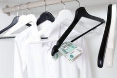 Rosyjscy ruble i opróżniają odzieżowych wieszaki w garderobie Zdjęcie Royalty Free
