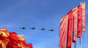Rosyjscy samoloty wojskowi latają w formaci nad Moskwa podczas zwycięstwo dnia parady, Rosja Zwycięstwo dzień (WWII) Zdjęcie Stock