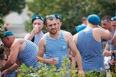 Rosyjscy spadochroniarzi demobilizujący pijący ajerówkę Obrazy Stock