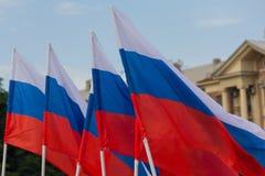 Rosyjscy sztandary na mieście z rzędu fotografia royalty free
