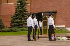 Rosyjska żołnierz gwardia honorowa przy Kremlowską ścianą. Grobowiec Niewiadomy żołnierz w Aleksander ogródzie w Moskwa. Obraz Stock