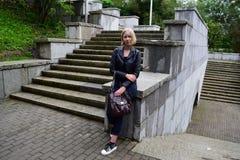 Rosyjska blondynki dziewczyny pozycja w parku Fotografia Stock