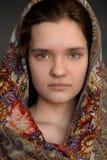 Rosyjska brunetki zieleń przyglądał się dziewczyny w Pavlo-Posad chusty rosyjskim st zdjęcia royalty free