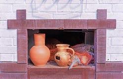 Rosyjska drewniana kuchenka z glinianymi dzbankami i łupkami zdjęcie stock
