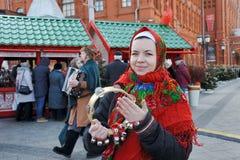 Rosyjska dziewczyna Świętuje Maslenitsa z Dzwonami Zdjęcie Stock