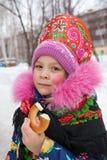 Rosyjska dziewczyna w pióropuszu dla wakacyjnego karnawału Obrazy Royalty Free