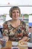 Rosyjska kobieta nalewa napoje sok lub wino na silniku s fotografia stock