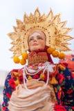 Rosyjska piękna lala z blinami dla Maslennitsa Zdjęcia Stock