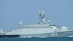 Rosyjska pocisk łódź z pociska kaliberem przy morzem zbiory