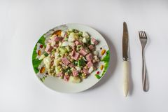 Rosyjska tradycyjna sałatka na stole obraz stock