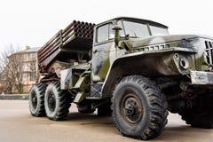 Rosyjska wieloskładnikowa wyrzutnia rakietowa wspinał się na sowieckim wojskowym tr obraz stock