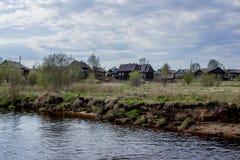 Rosyjska wioska blisko rzeki Zdjęcie Stock