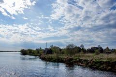 Rosyjska wioska blisko rzeki Obraz Royalty Free