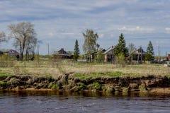 Rosyjska wioska blisko rzeki Obrazy Stock