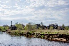 Rosyjska wioska blisko rzeki Fotografia Stock