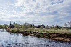 Rosyjska wioska blisko rzeki Obrazy Royalty Free