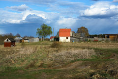 Rosyjska wsi wioska, droga i piękne niebo chmury Fotografia Stock