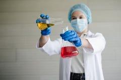 Rosyjski żeński naukowiec w laboratorium z szklanymi tubkami bada a zdjęcia stock