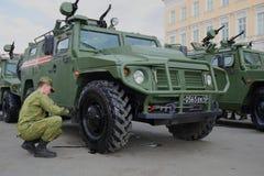 Rosyjski żołnierz przygotowywa Tygrysiego opancerzonego samochód dla próby militarna parada na cześć zwycięstwo dzień Obraz Stock