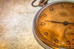 Rosyjski antykwarski kieszeniowy zegarek na brown tle Fotografia Stock