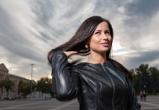 Rosyjski brunetki 20s lat pozuje outdoors Zdjęcia Royalty Free